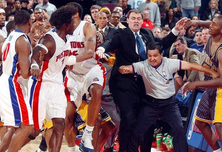 Самая большая драка в истории баскетбола! Видео!