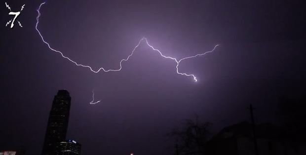 Фото №1 - Самые зрелищные удары молнии, запечатленные на ВИДЕО