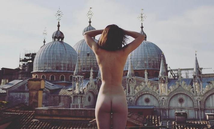 Фото №1 - Флешмоб «Голая попа на фоне пейзажа», Светлана Ходченкова, Эмбер Херд и другие самые сексуальные девушки этой недели