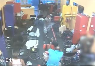 Хозяин парикмахерской выгнал вооруженных грабителей голыми руками (и немножко метлой). Видео