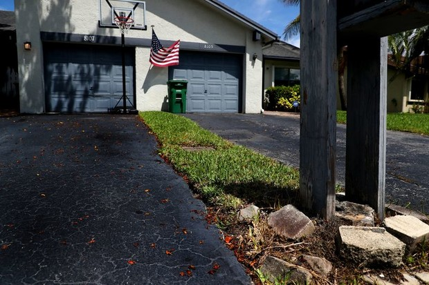 Фото №1 - Американец купил свой первый дом, а оказалось, что он купил кусочек земли 30 м х 30 см