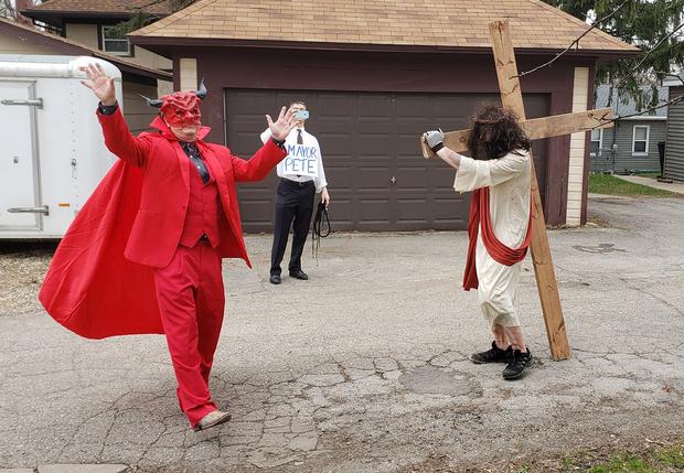Фото №1 - В Айове религиозные активисты выпороли Христа на глазах у хохочущего Сатаны (видео)