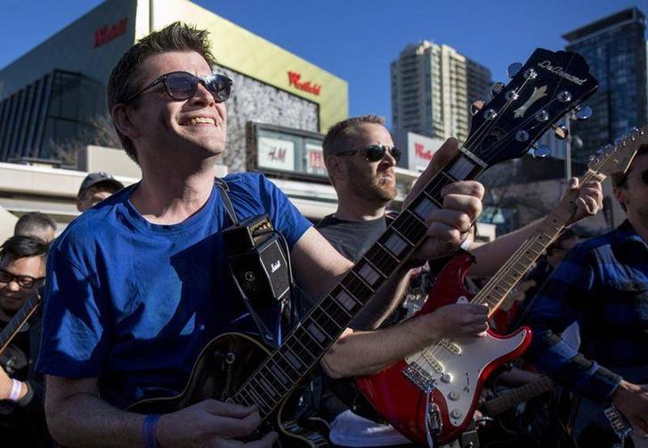 Фото №1 - Highway To Hell на 457 электрогитарах: новейшее рок-н-ролльное пополнение в Книге рекордов Гиннесса