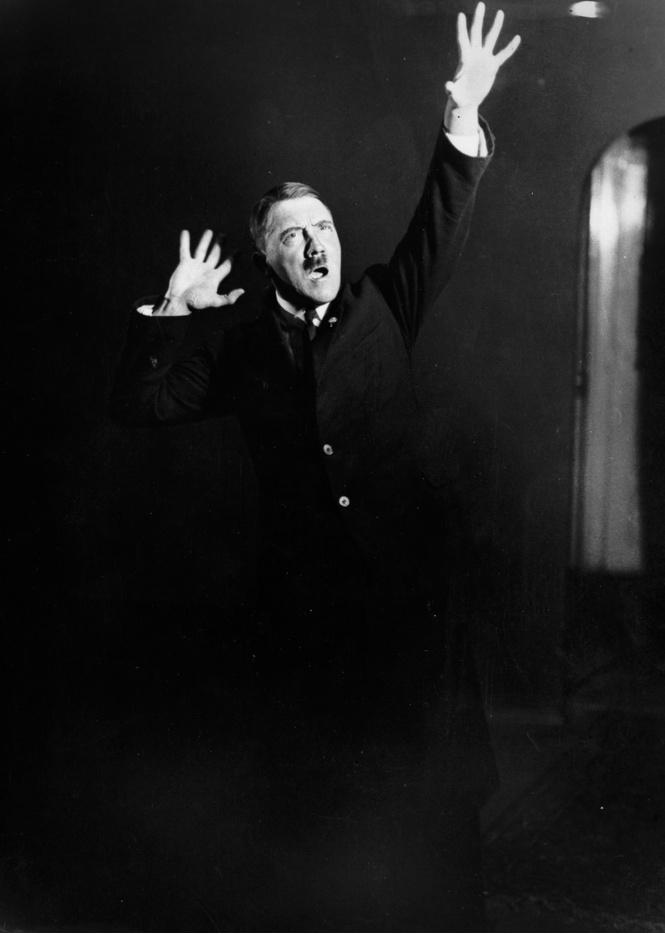 Гитлер машет руками