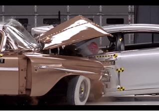 Что будет, если современный автомобиль врежется в тачку из 50-х? (Предельно грустное видео)