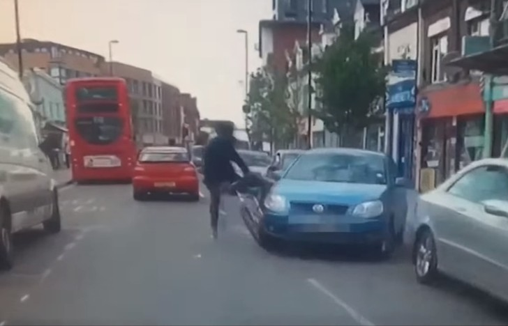 Фото №1 - Водитель рванул с места, не заметив велосипедиста, и сто раз пожалел об этом! (ВИДЕО с участием кинжала)