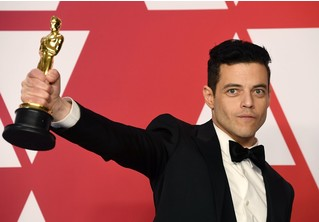 Рами Малек так вцепился в «Оскар», что стал героем фотожаб. Вот этих