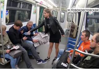 Питерская феминистка обливает водой мужчин, расставляющих ноги в метро. Документальное видео прилагается