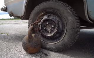 А вот что будет, если прицепить гирю к колесу автомобиля и газануть! (оторопелое ВИДЕО)