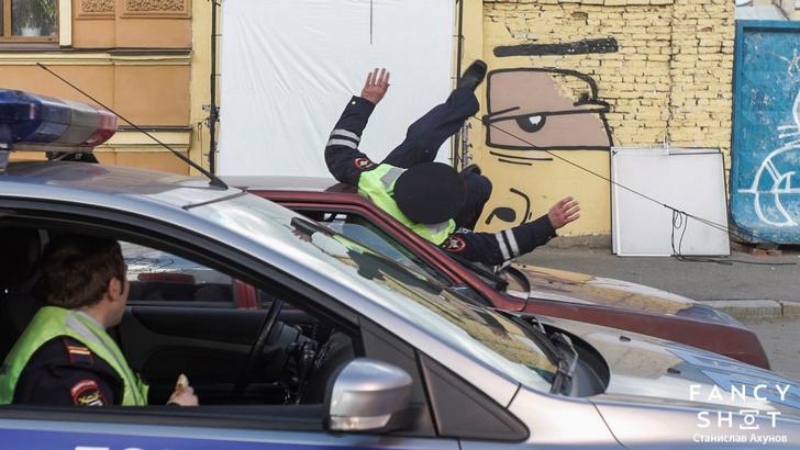 Фото №11 - Гаишник — клоун, таксист — кавээнщик. Кто и как создавал главный клип весны «В Питере — пить!»