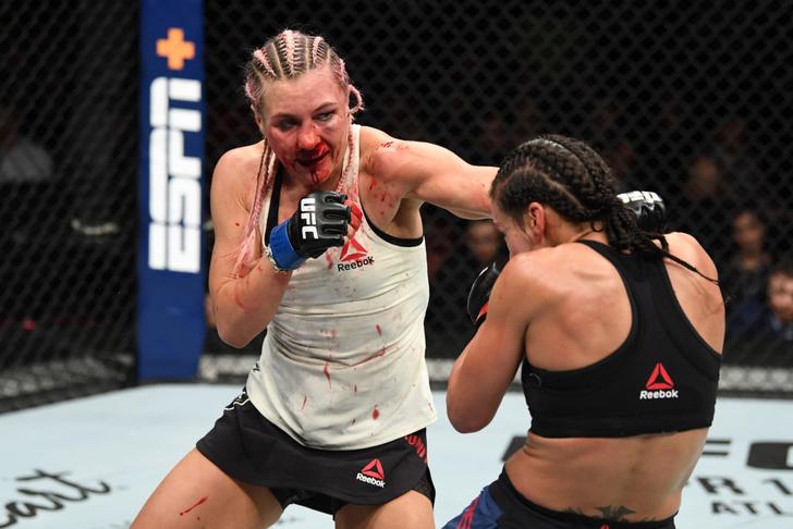 Фото №1 - Россиянка победила американку в упорном бою UFC, несмотря на перелом носа (видео)
