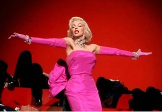 Беллу Хадид назвали «Мэрилин Монро миллениалов» после выхода в розовом платье