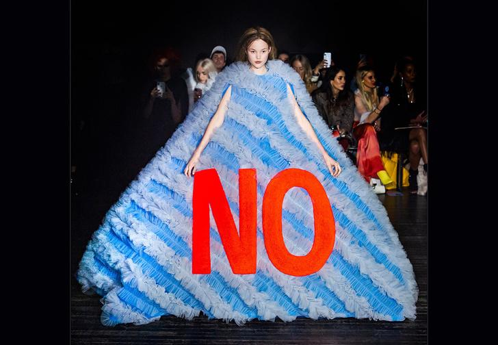 Фото №1 - Показ мод обернулся демонстрацией феминистских лозунгов (18 фото)