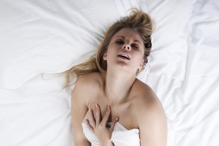 Симулирует оргазм