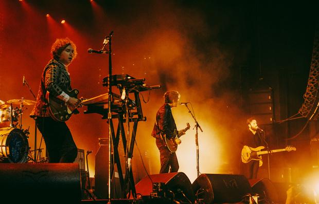 Фото №16 - «Один кучерявый — хорошо, трое — вообще огонь!» Что творилось на московском концерте The Kooks