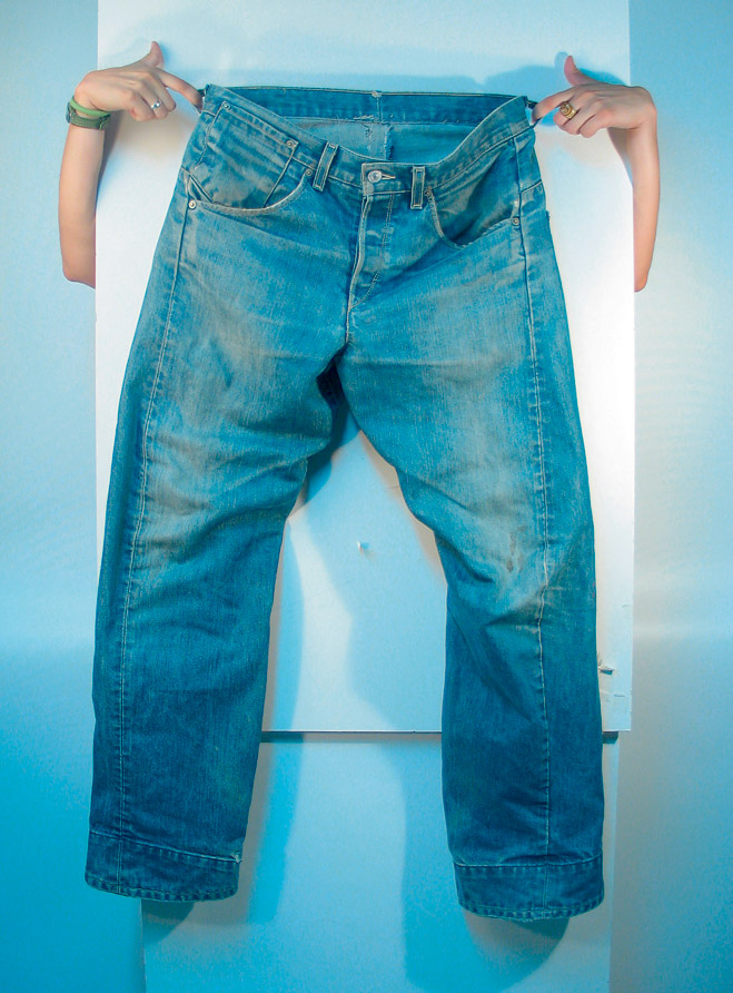 Фото №1 - Как быстро состарить джинсы, кожу, мебель и металл