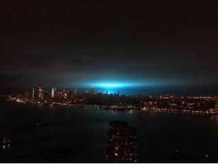 Нью-йоркцы стали свидетелями голубого свечения в небе, но это снова оказались не пришельцы