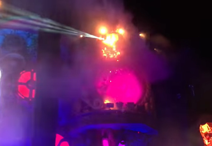Фото №2 - Зажгли: во время музыкального фестиваля на сцене начался пожар (адское видео)