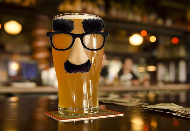 Фото №1 - Как понять, что в баре тебе налили пиво в грязную кружку