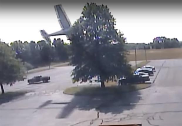 Фото №1 - Потерявший управление самолет врезался в дерево, сделал кульбит — и благополучно припарковался на автостоянке! (ВИДЕО)