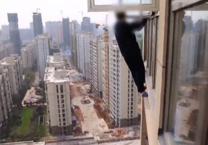 Фото №1 - Грабитель в Китае пытался бежать через окно 23-го этажа (видео)