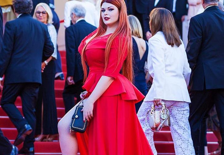 Фото №2 - Русская модель потеряла юбку прямо на красной дорожке Каннского фестиваля!