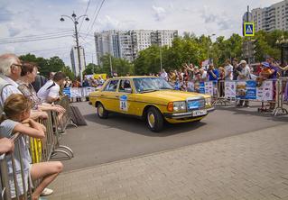 Старики заводят моторы: в Москве прогремело ралли классических автомобилей