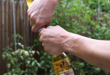 6 мужских способов открыть пиво