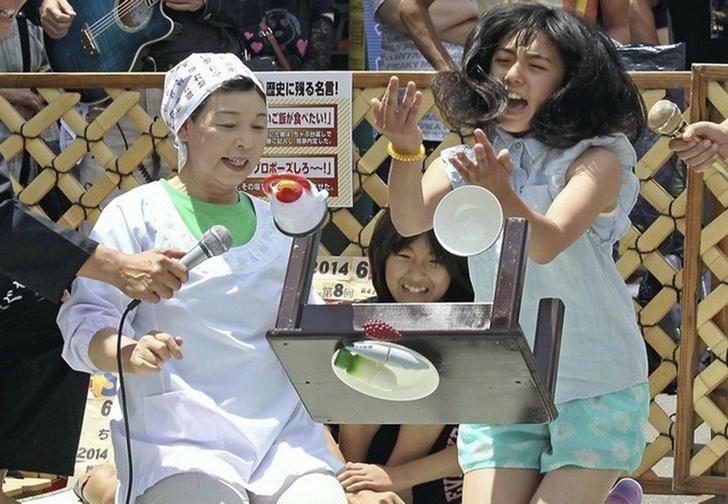 Фото №1 - Японские состязания по переворачиванию стола в гневе (ВИДЕО)