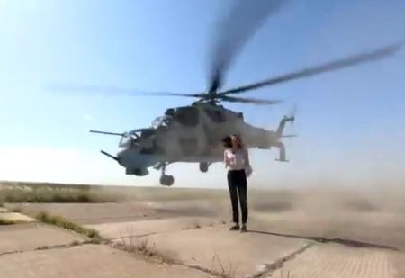 Репортер ради эффектного кадра встала на пути у боевого вертолета, и тот едва ее не снес! (ВИДЕО)