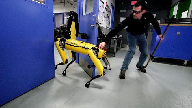 Робот открывает другому дверь. Что осталось за кадром (ВИДЕО)
