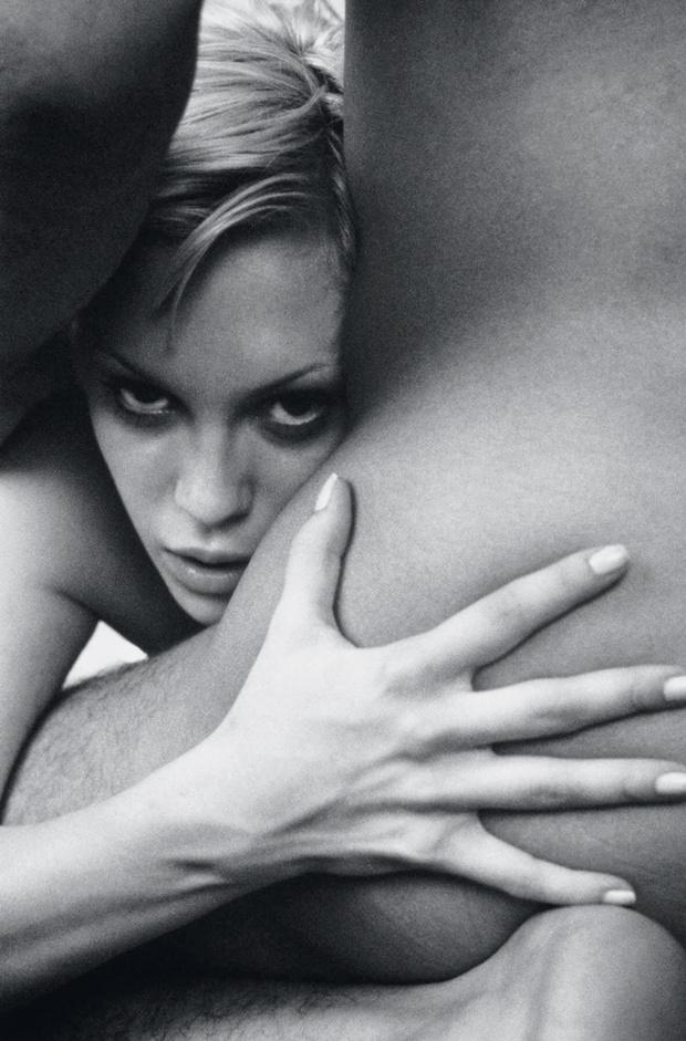 Женщина настороженно выглядывает из-за мужского бедра