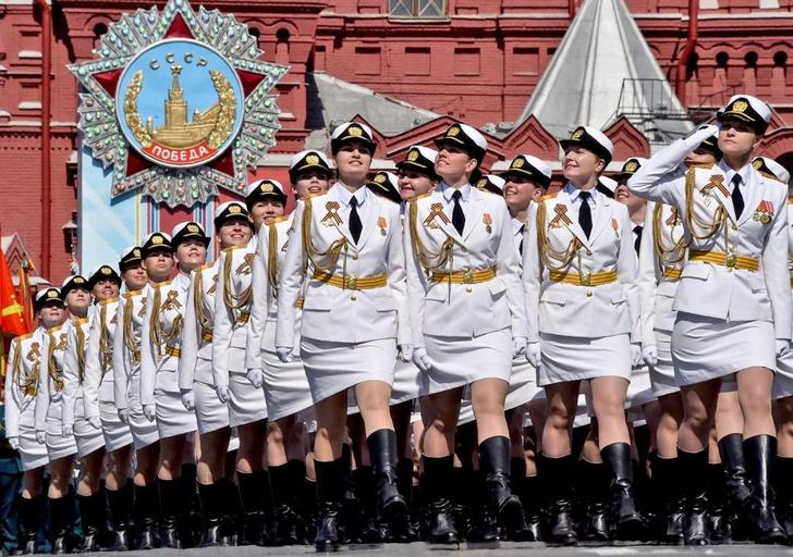 Фото №1 - Британские СМИ были сражены русской «армией в мини-юбках» на параде