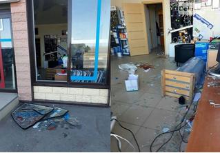 Кайтсерфер врезался в бетонный отбойник и влетел в витрину магазина (ВИДЕО)