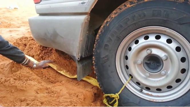 Как вытащить машину из песка (ВИДЕО)