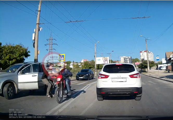 Сбивший велосипедиста водитель по ошибке напал на мотоциклиста (ВИДЕО)