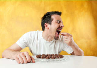 Девушку потрясло, как дико ее парень ест шоколадку! Интернет разрезвился. И тут вмешался изготовитель