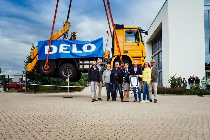 Фото №1 - Немецкая компания сделала суперклей, который час удерживал в воздухе грузовик весом 17 тонн