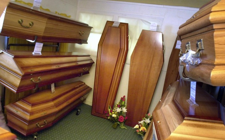 Фото №1 - В США пройдут соревнования по лежанию в гробу (среди живых)