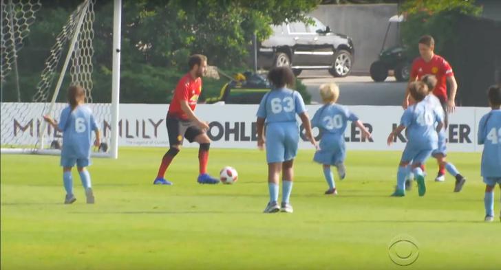Фото №1 - Игроки Manchester United сыграли с сотней детей (видео)
