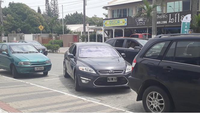 Как здорово выезжать с парковки, если у тебя пять колес (ВИДЕО)