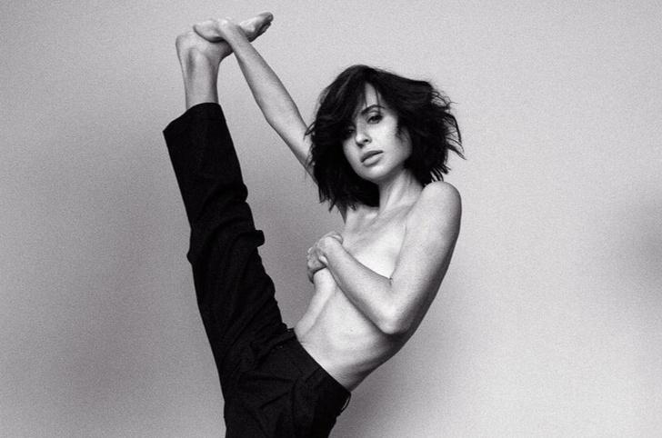 Фото №1 - Наша любимая «Папина дочка» Мирослава Карпович снялась топлес в йогической фотосессии