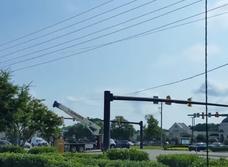 Автокран задевает электрические провода и сносит знак — деструктивное видео