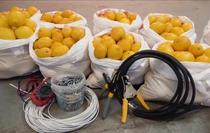 Фото №1 - Мужики попробовали завести автомобиль от 1000 лимонов (видео)