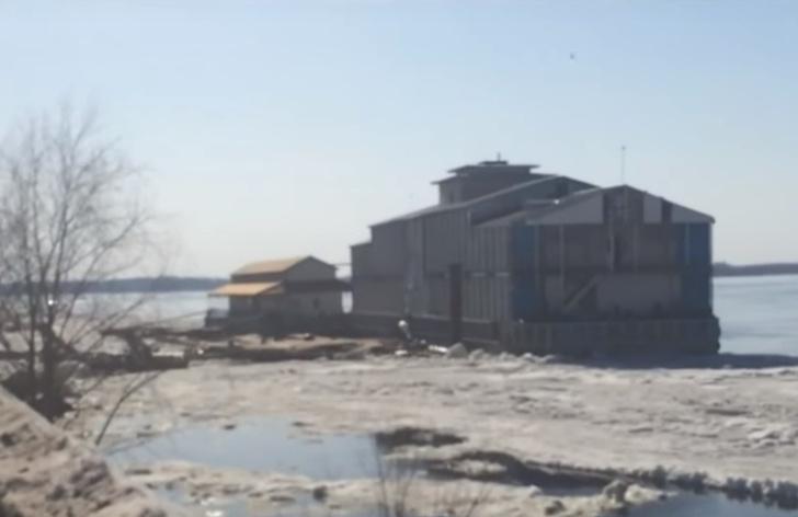 Фото №1 - Ресторан оторвало от берега торосом и унесло в открытую Волгу! Очевидцы сняли все на ВИДЕО!