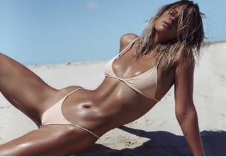 Модель вкусила истинной славы благодаря комичному незнакомцу, испортившему ее пляжное ВИДЕО