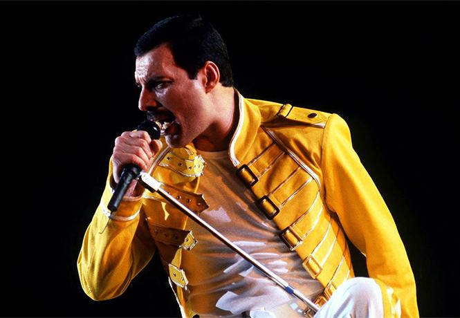 Фото №1 - Гитарист Queen объявил, когда выйдет фильм-биография Фредди Меркьюри