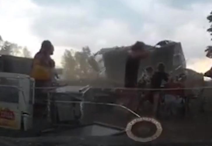 Фото №1 - Мощный шквал в Красноярске играючи сорвал с отдыхающих гигантский шатер и унес (видео)