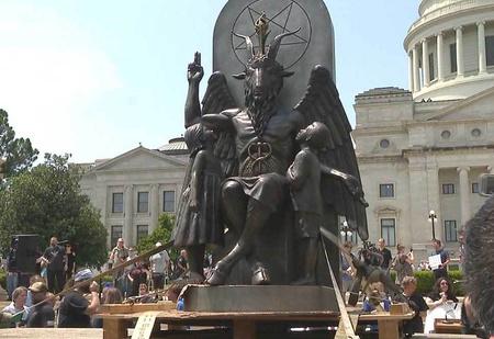 Активисты установили 2,5-метровую статую сатаны в ответ на статую с 10 заповедями