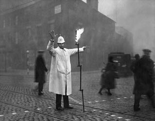 История одной фотографии: уличный регулировщик в Лондоне в 1935 году
